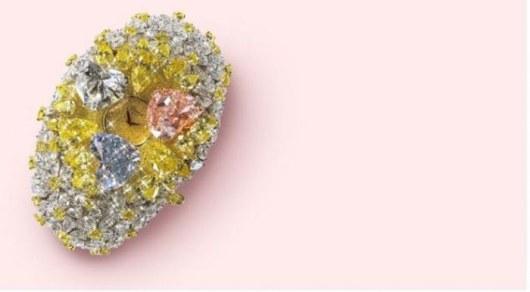 Самым дорогим хронометром в мире являются ослепительные часы фирмы Chopard. Они украшены тремя бриллиантами в форме сердца и еще 163 каратами белых и желтых бриллиантов – вместе это составляет уже 201 карат. Пружинный механизм поднимает драгоценные «сердечки», открывая взгляду владельца инкрустированный бриллиантами циферблат. В 2000 году часы были проданы за 25 миллионов долларов.